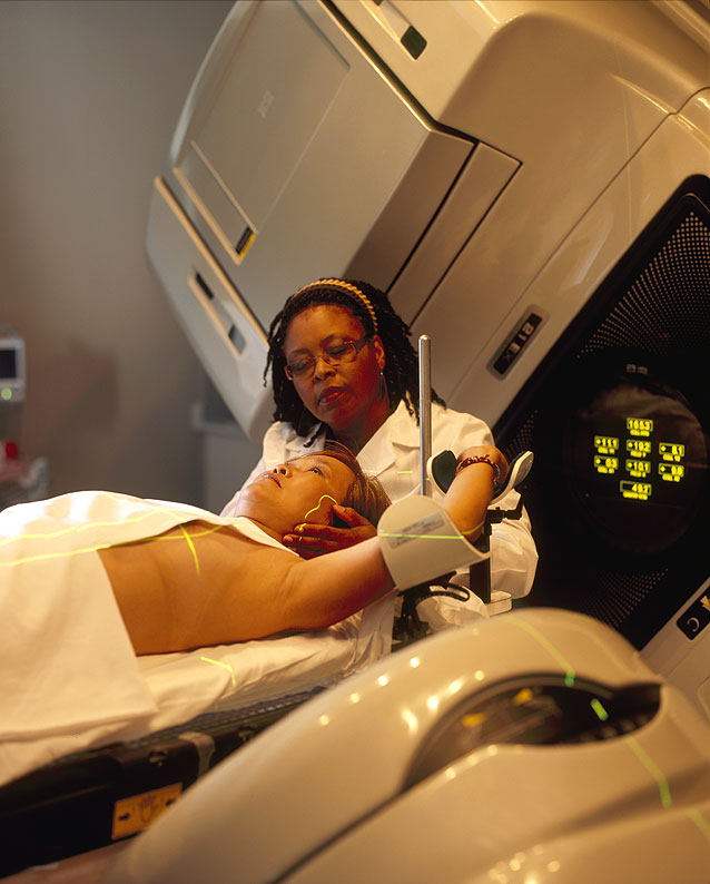Radiothérapie chez une femme par Rhoda Baer, via wikipedia.fr bis