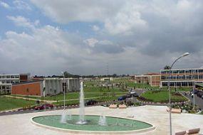 Fontaine devant la présidence de l'université Félix Houphouët-Boigny à Abidjan (Côte d'Ivoire), par Serein, via Wikimedia Commons, cc